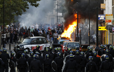 LONDON RIOT:LOOTING SPREE AS DEMOSTARATORS PROTEST  KILLING OF MARK DUGGAN